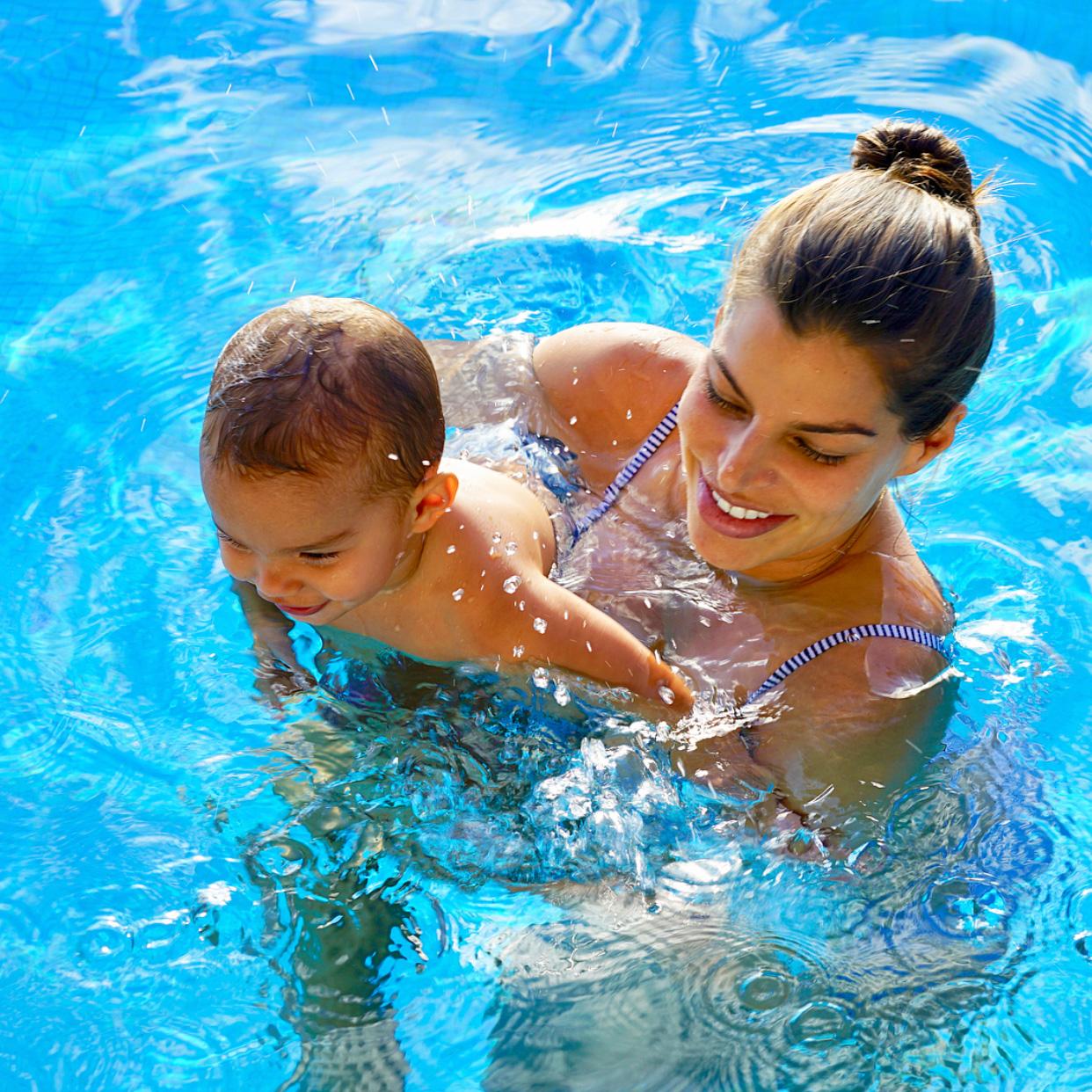 [FOTOS] Bárbara Coppel y Alejandro Hank disfrutan a su pequeña Amaia